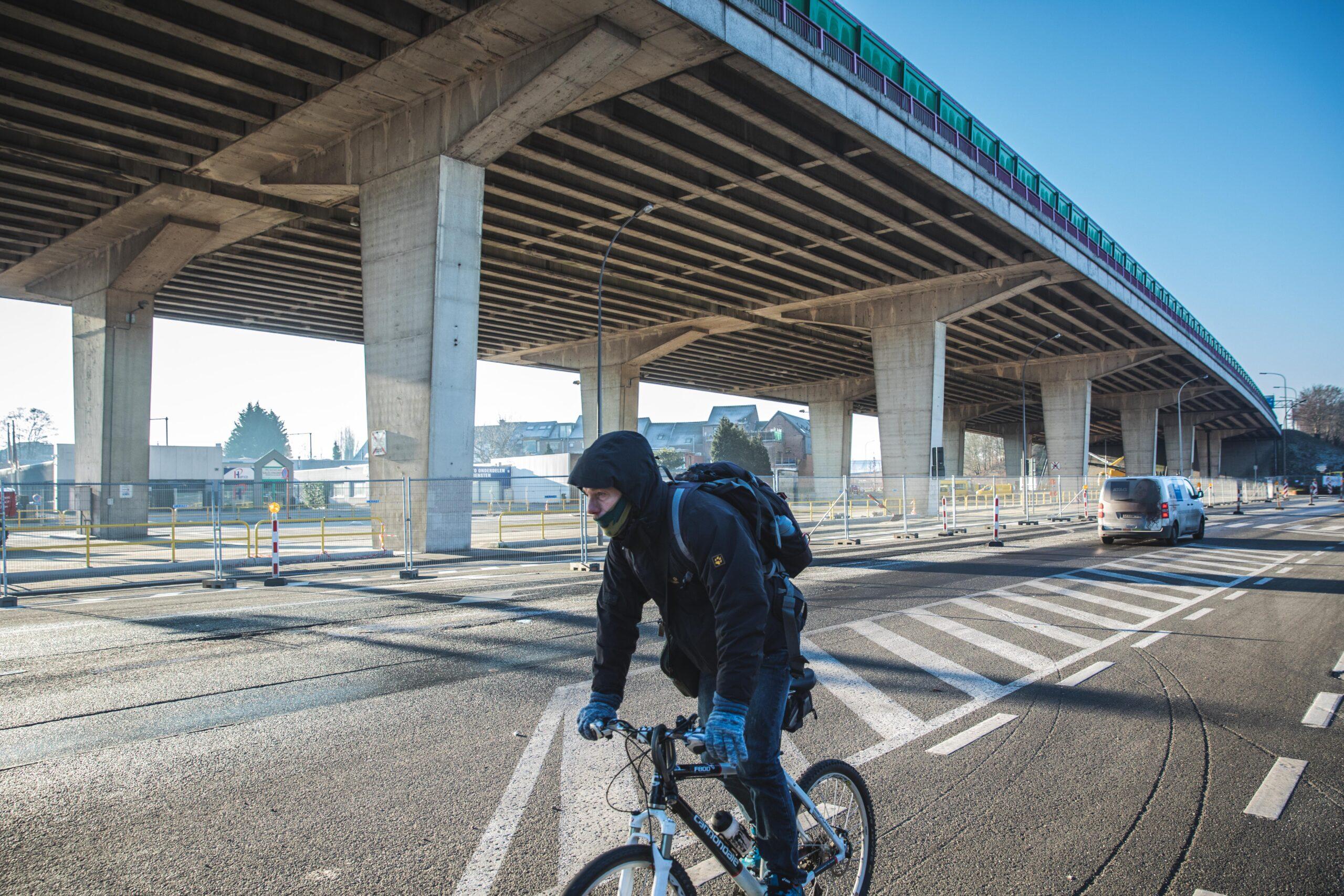 Fietser aan het viaduct